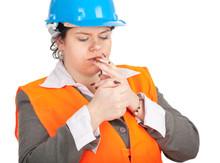Tłuszczu kobieta architekt lub inżynier palenie papierosów, seria