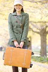 キャリーバッグを持った女性
