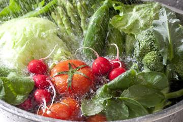 シンクで洗う野菜
