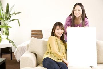メッセージボードを持った女性2人