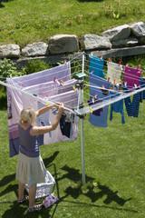 Frau beim Wäsche waschen