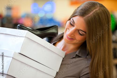 Frau kauft Schuhe in einem Geschäft