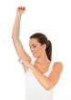 Attraktive junge Frau nutzt Deodorant