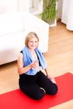 junge Frau in der Pause nach Fitness