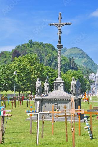 Lourdes et la croix Poster