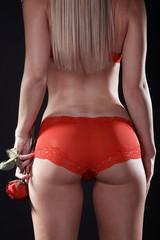 Sexy Hintern einer Frau mit roter Rose, hoch