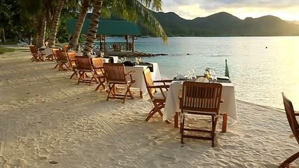 seychelles praslin tramonto e cena sulla spiaggia
