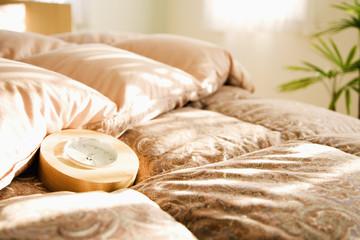 朝の日差しとベッド