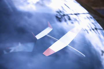 車のフロントガラスと紙飛行機