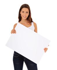 Attraktive junge Frau hält weißes Schild