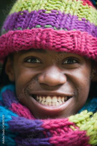 Junge mit Mütze und Schal