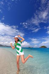 コマカ島のビーチではしゃぐ笑顔の女性