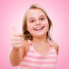lachendes Mädchen mit Daumen hoch