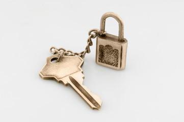 Cerradura con llave en fondo blanco