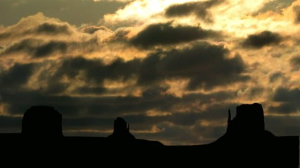Monument_valley_sunset_clouds