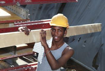 giovane operaio in cantiere, ritratto di lavoratore africano