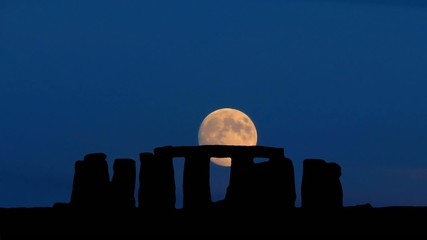 Stonehenge_full_moon