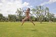 ragazza che corre nel verde in campagna