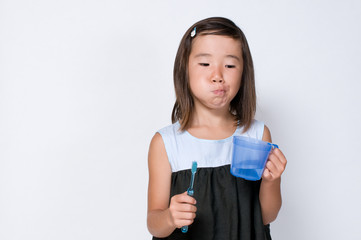 歯磨きをする女の子