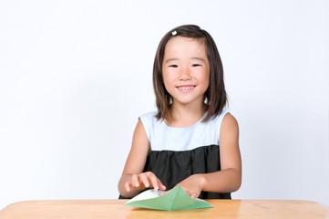 折り紙を折る女の子