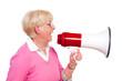 seniorin schreit ins megafon