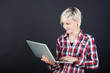 moderne junge frau mit laptop