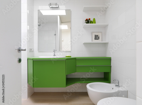 bagno moderno con mobili colorati
