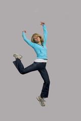 Attraktive Frau bei springen