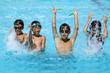 プールで遊ぶ元気な子供達