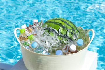 プールサイドで冷やすスイカと飲料水
