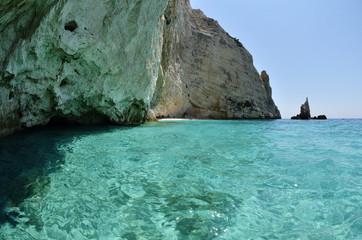 roccia ed acqua trasparente a zakynthos