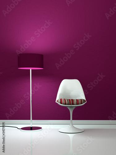Weisser Stuhl vor lila Wand