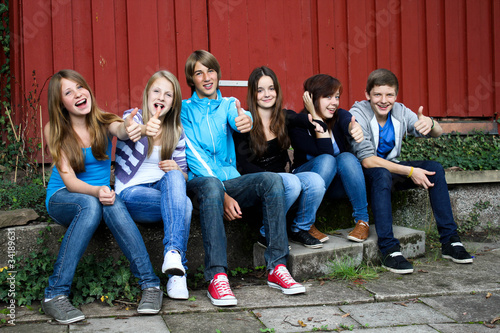 Leinwanddruck Bild 7.11 teenager vor de Hütte