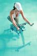 Jeune femme faisant de l'aquabike