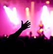 jubelnder Konzertbesucher auf Rock-Konzert
