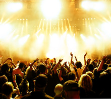 Foule concert devant brillantes lumières de la scène jaunes