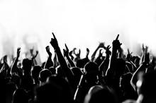 Konzert Menschenmenge vor strahlend blauem Bühnenlicht