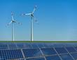 Windkrafträder und Solarmodule in einem Feld