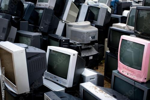 ゴミ捨て場のテレビ