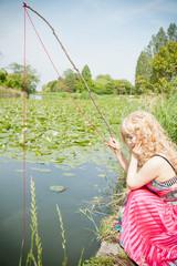 赤い糸で釣りをする女性