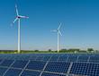 Solarmodule und Windkrafträder vor einem Rapsfeld