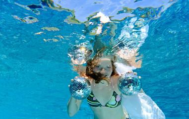 Discospiel im Pool