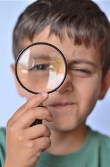 bambino con la lente d'ingrandimento