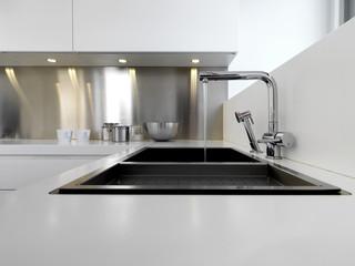 dettaglio di rubinetto di acciaio in cucina moderna