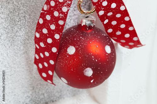 rote weihnachtskugel mit wei en punkten von jeanette dietl lizenzfreies foto 34226431 auf. Black Bedroom Furniture Sets. Home Design Ideas