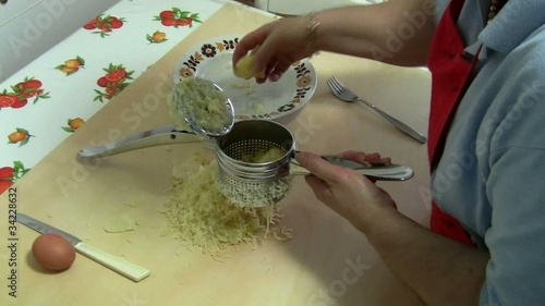 Schiacciare le patate-mash the potatoes