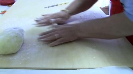 Preparare gli gnocchi-prepare dumplings