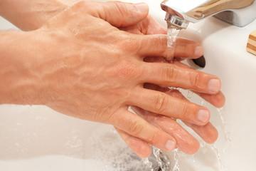 Hände gründlich waschen
