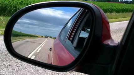 La route vue dans le rétroviseur