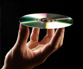 Mano sosteniendo un disco compacto.